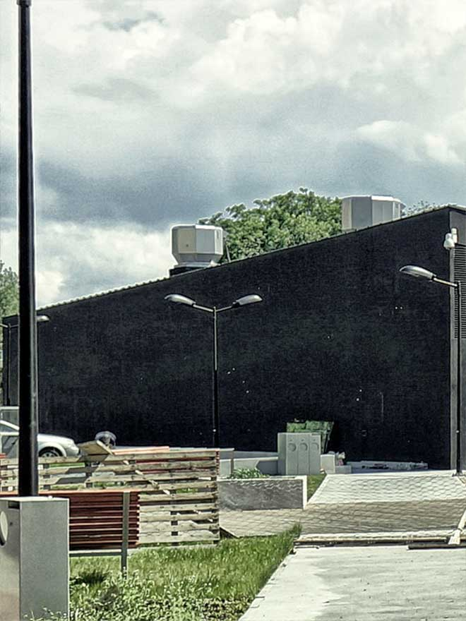 Zdjęcie przedstawia architekturę Służewskiego Domu Kultury.